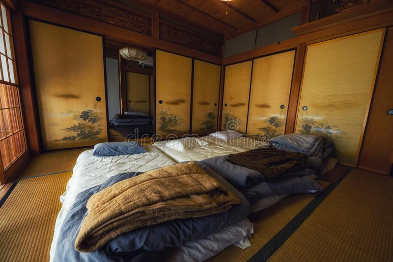 Traditionele Japanse stijlruimte met Tatami-bed stock fotografie