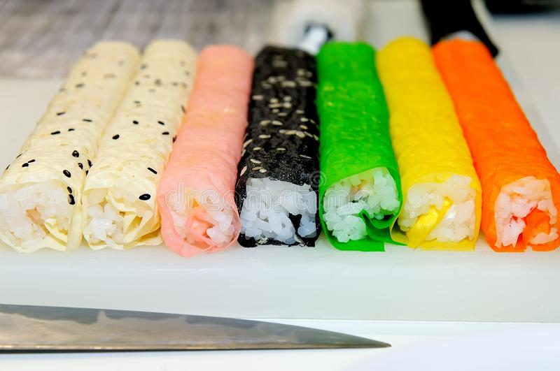 Traditionele Japanse sushi met rijst van verschillende kleuren royalty-vrije stock afbeelding