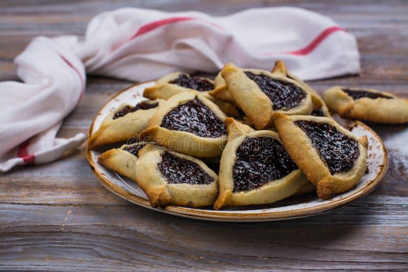 Traditionele Joodse Hamantaschen-koekjes met bessenjam Het concept van de Purimviering stock afbeeldingen