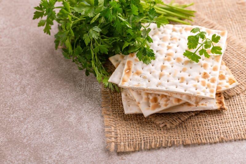 Traditionele Joodse kosjer matzo met bos van verse peterselie stock fotografie
