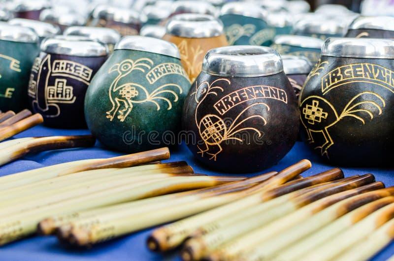 Traditionele kalebasboompompoenen voor het drinken van de thee van de yerbapartner van Argentinië stock foto's