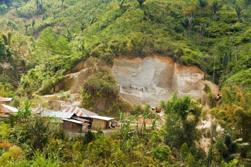 Traditionele kalksteen of cementmijnbouw op Flores-eiland, Indonesië stock foto's