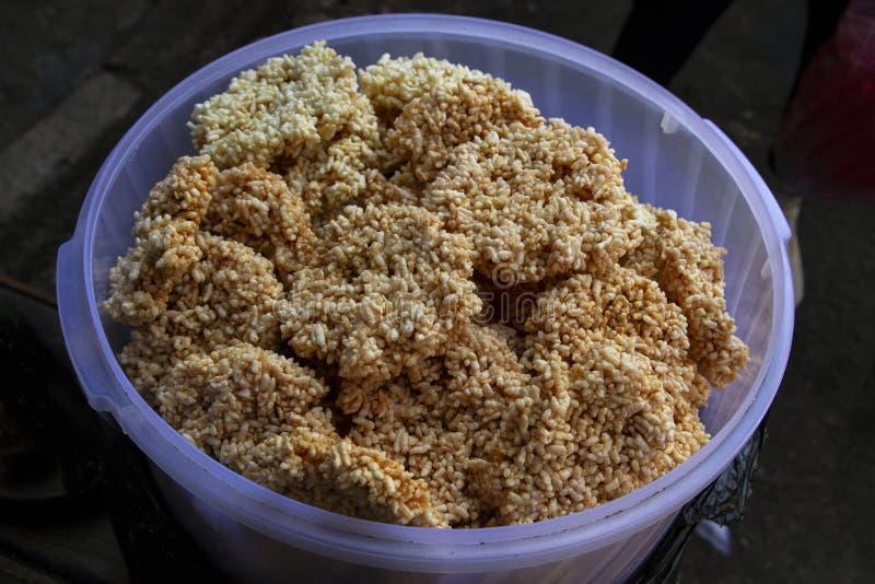 Traditionele Kernachtige crackers genoemd rengginang Indonesische die snack van gefrituurde rijst wordt gemaakt stock foto