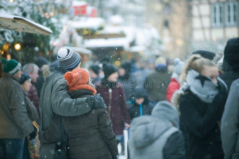 Traditionele Kerstmismarkt Mensen op de Straat, de Kerstbomen en de Kiosken stock foto