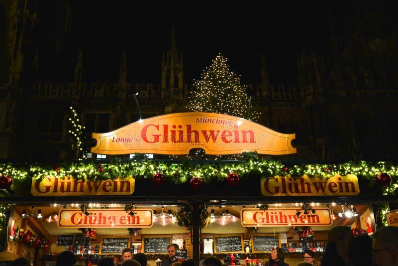 Traditionele Kerstmismarkt op Marienplatz in München, Duitsland stock foto