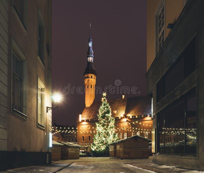 Traditionele Kerstmismarkt in Oude stad van Tallinn stock afbeelding