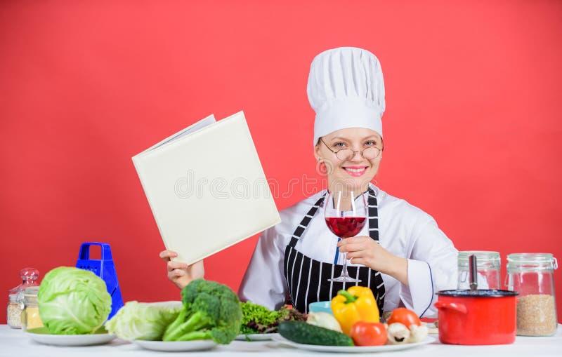 Traditionele keuken Culinair schoolconcept Het wijfje in hoed en schort kent alles over culinaire arts. culinair royalty-vrije stock afbeeldingen
