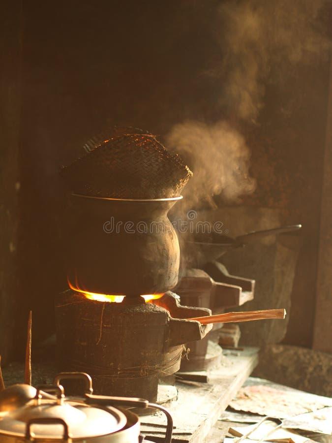 Traditionele Keuken, Kleverige Rijst die Pot stomen - het Koken Gebied in het lokale dorpshuis Ten noordoosten van Thailand stock foto's
