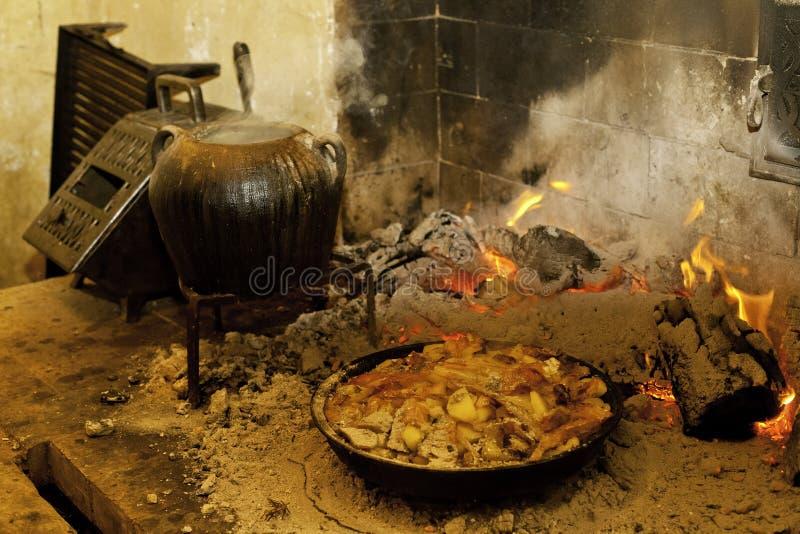 Traditionele keuken op een open haard stock afbeelding
