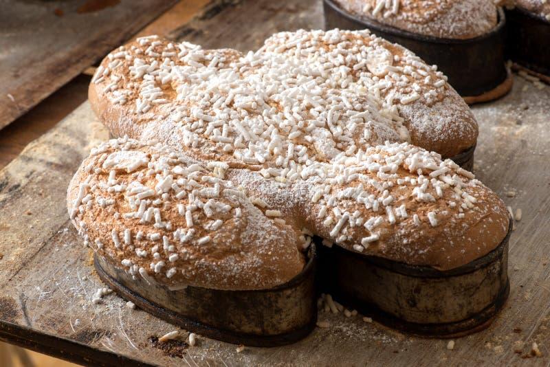 Traditionele klassieke Italiaanse Pasen-colombacake stock foto's