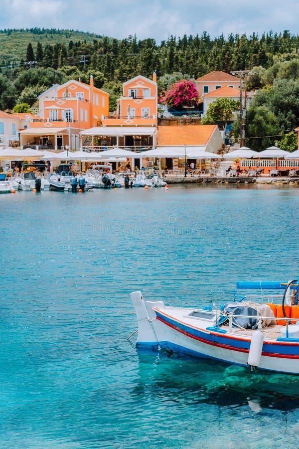 Traditionele kleurrijke Griekse vissersboot voor schilderachtig dorp, Griekenland royalty-vrije stock fotografie
