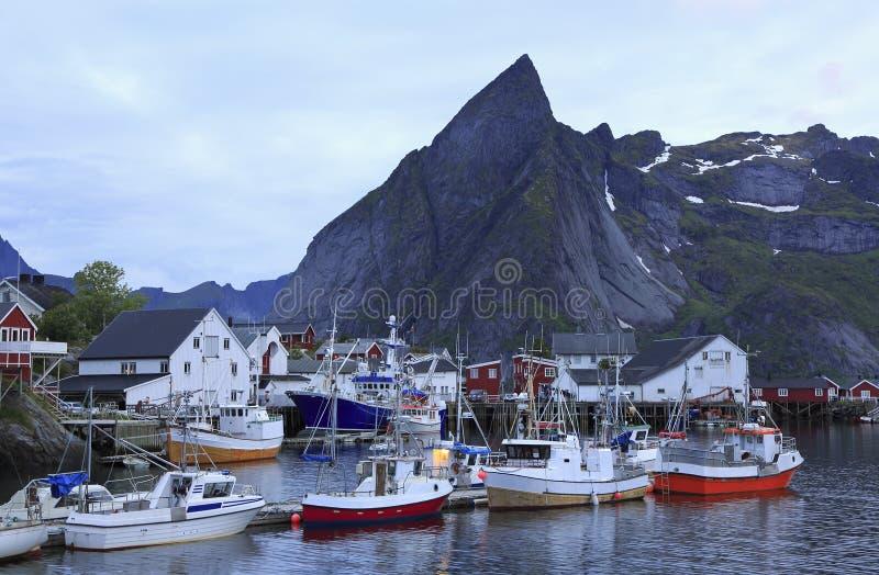 Traditionele kleurrijke Noorse visserijhuizen, Lofoten-Eilanden royalty-vrije stock afbeeldingen