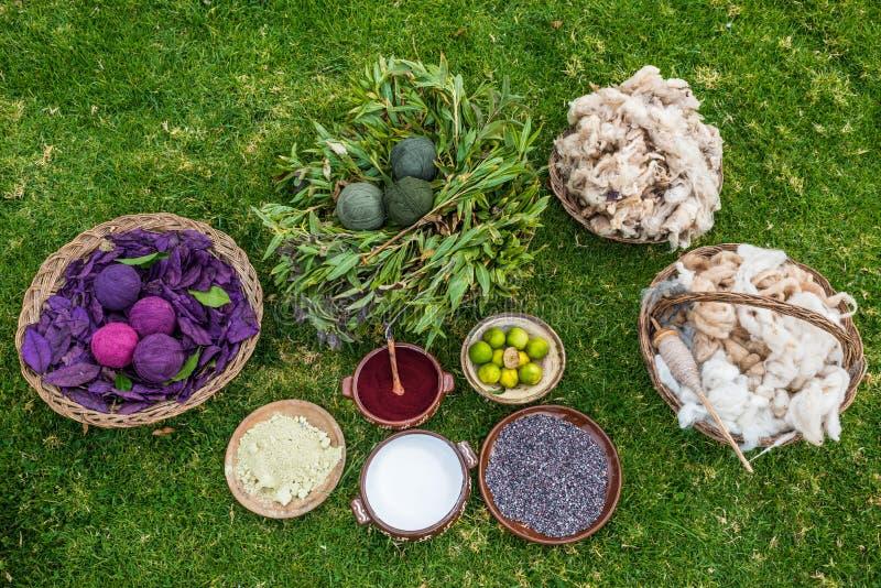 Traditionele kleurstoffen de Peruviaanse Andes Cuzco Peru stock fotografie