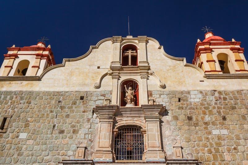 Traditionele koloniale Katholieke kerk in het historische centrum stock foto's