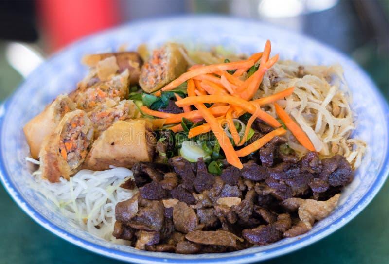Traditionele Kom de Vietnamese Salade van de de Rijststok van Broodjesvermicelli royalty-vrije stock foto's