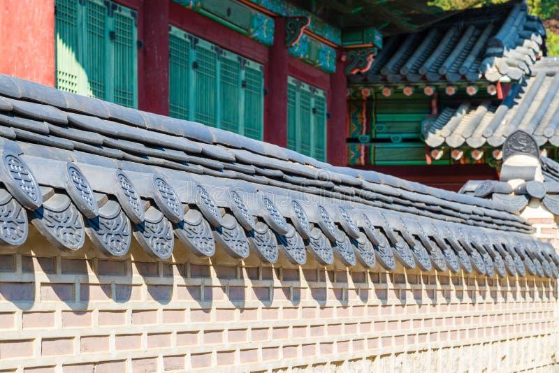 Traditionele Koreaanse bakstenen muur en zwart ceramisch dak met de Traditionele Koreaanse bouw, Seoel, Zuid-Korea royalty-vrije stock afbeelding