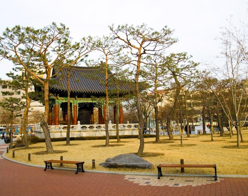 Traditionele Koreaanse pagode met klok in centraal park royalty-vrije stock afbeeldingen