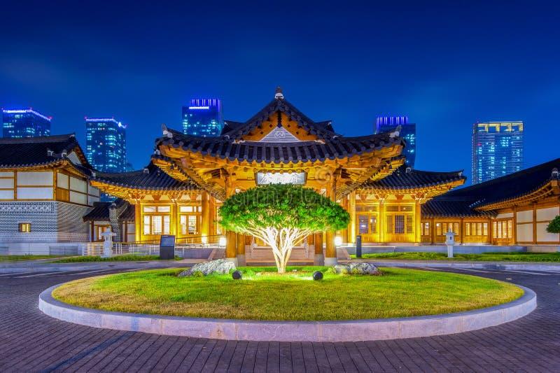 Traditionele Koreaanse stijlarchitectuur bij nacht in Korea stock afbeelding