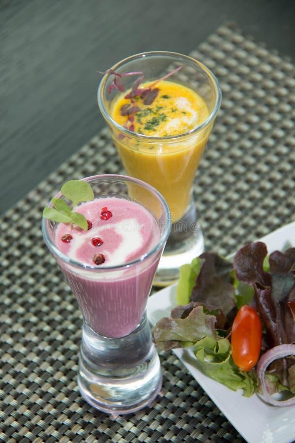 Traditionele koude bietensoep met groenten stock fotografie