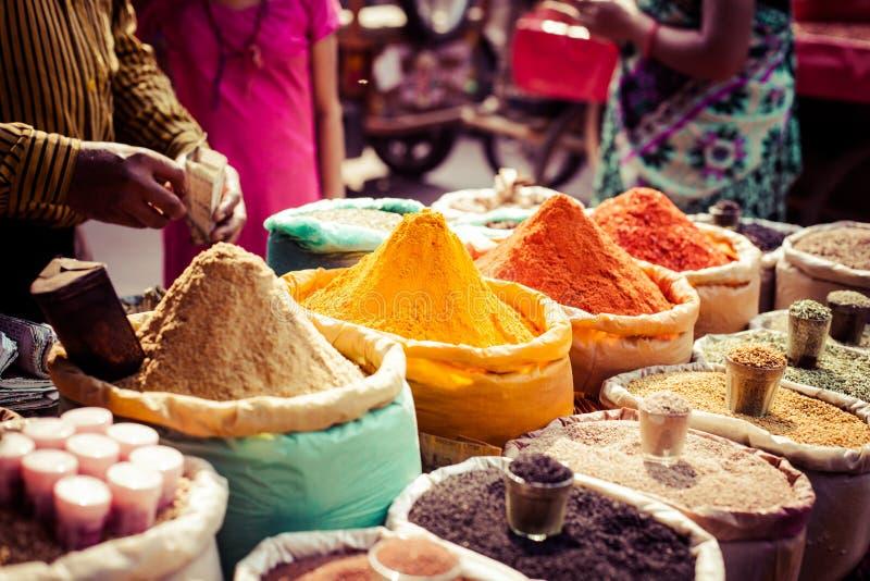 Traditionele kruiden en droge vruchten in lokale bazaar in India. stock foto's