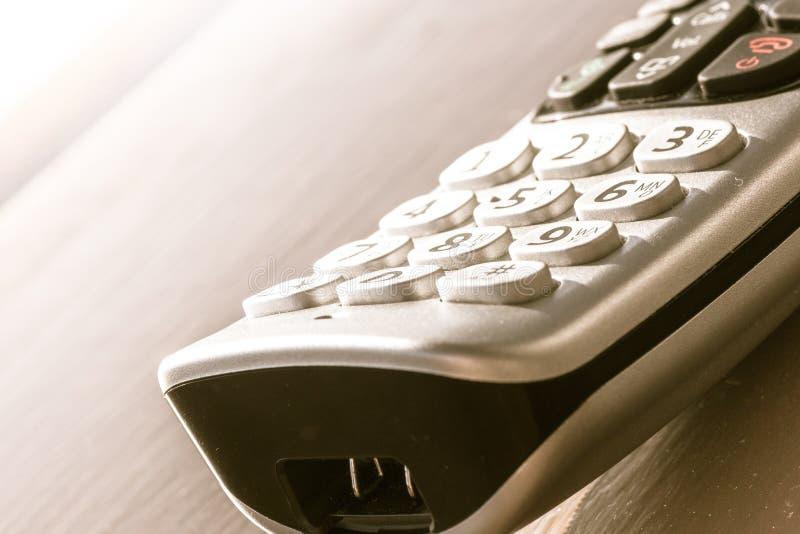 Traditionele landline telefoon op houten bureauachtergrond royalty-vrije stock afbeeldingen