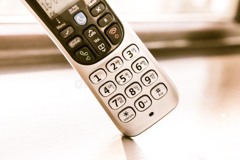 Traditionele landline telefoon op houten bureauachtergrond royalty-vrije stock afbeelding