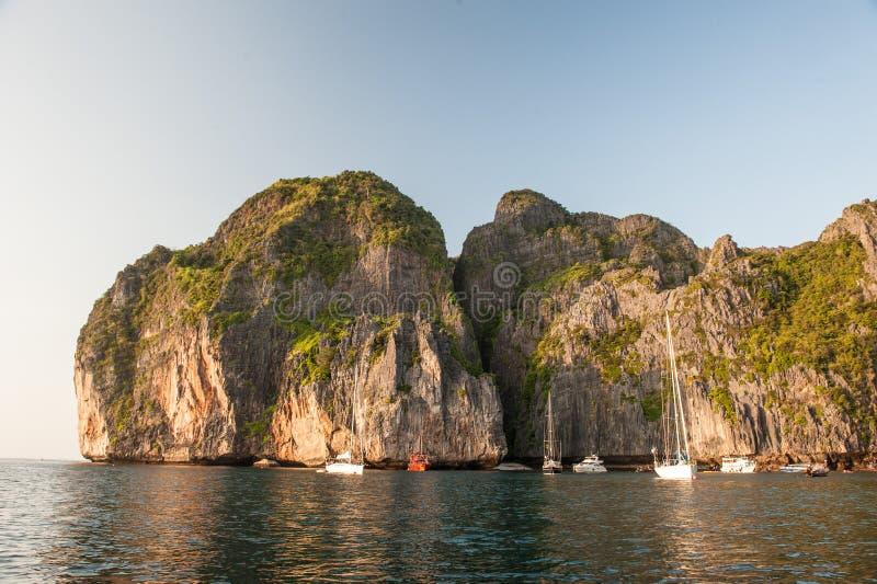 Traditionele lange staartboten, rotsen en toeristen op en rond Maya Bay-strand in Koh Phi Phi Island, Krabi, Thailand stock foto's
