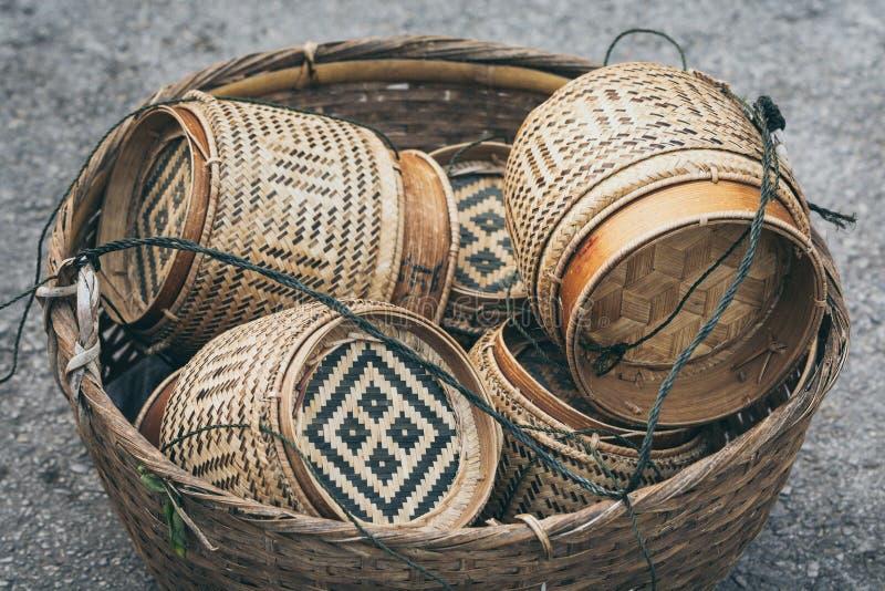 Traditionele Laotiaanse verfraaide rijstmanden die voor heilige Boeddhistische aalmoes worden gebruikt die ceremonie in de stad v stock afbeeldingen