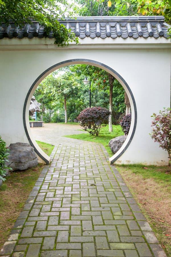 Traditionele maanpoort in Chinese tuin stock afbeelding