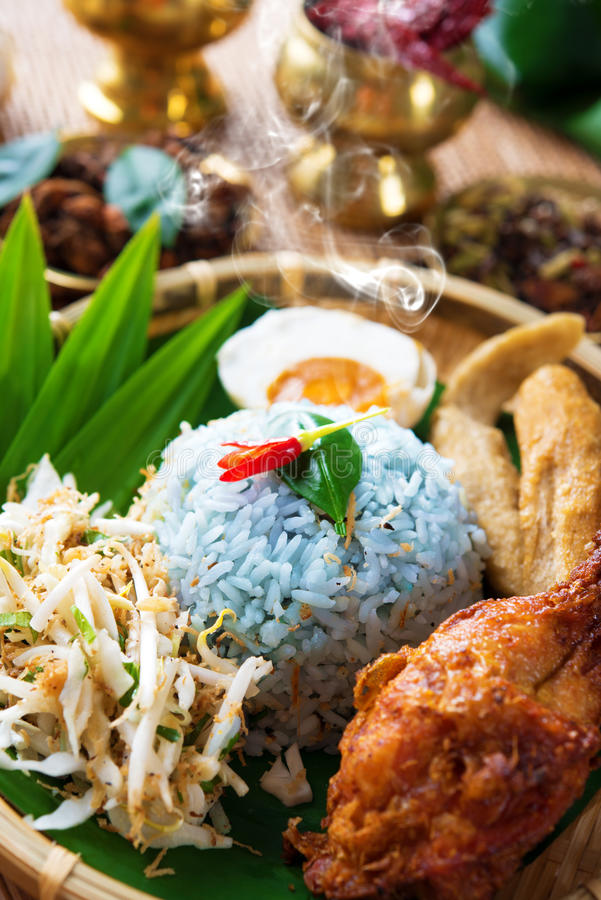 Traditionele Maleise kerabu van voedselnasi stock foto's