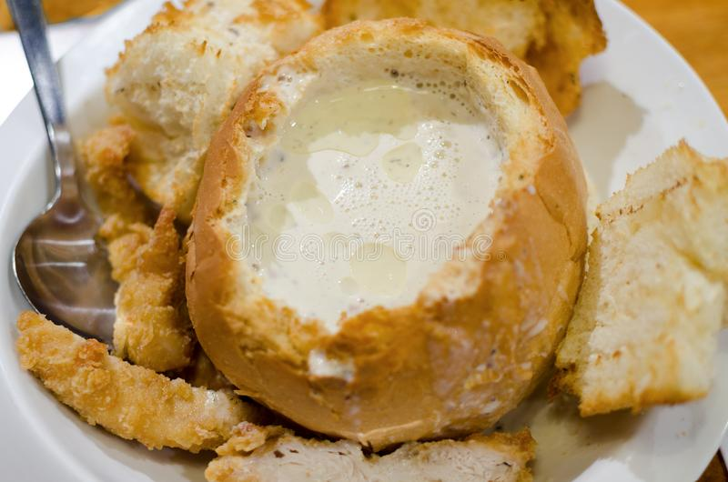 Traditionele Maleise schotel - de romige soep van de vissoeppaddestoel in broodkom stock foto's
