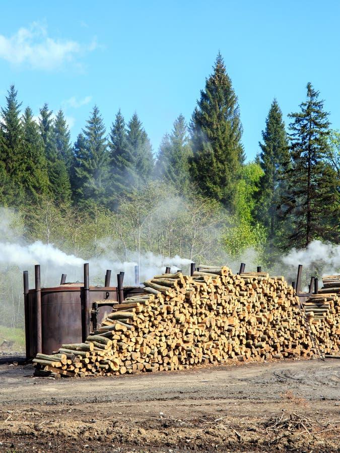 Traditionele manier van houtskoolproductie stock fotografie
