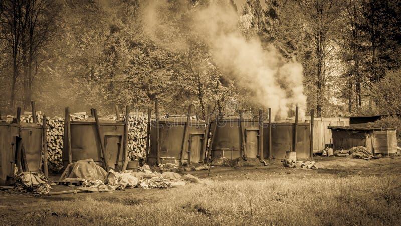 Traditionele manier van houtskoolproductie royalty-vrije stock foto