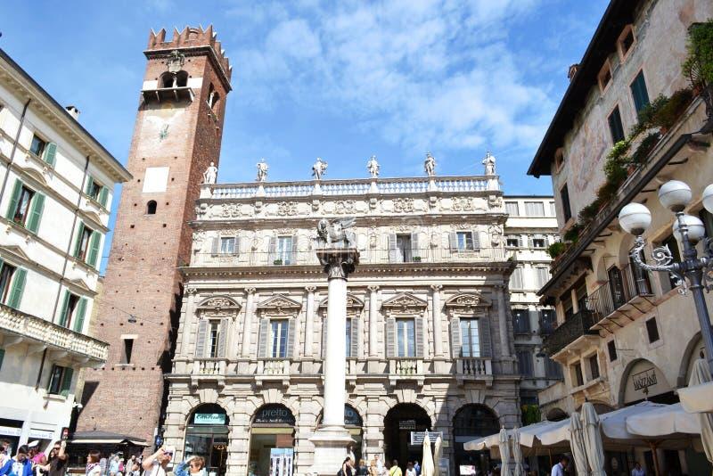 Traditionele markt bij Piazza Erbe in Verona stock foto