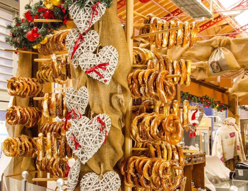 Traditionele markt in de Elzas Gebakje geroepen pretzel stock afbeeldingen