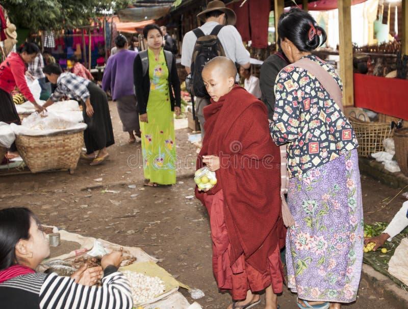 Traditionele markt en monnik. royalty-vrije stock afbeeldingen