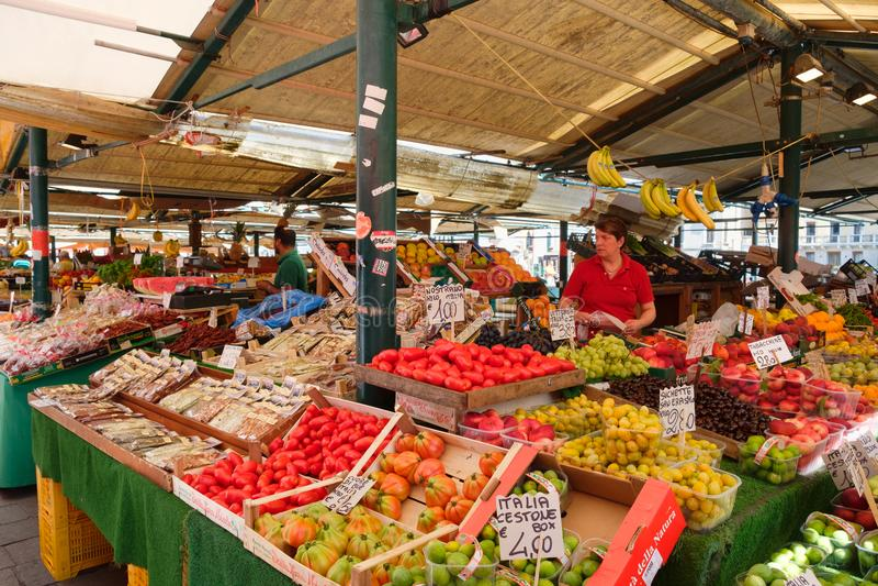 Traditionele markt verkopende fruit en groenten op de stad van Venetië, Italië royalty-vrije stock afbeelding