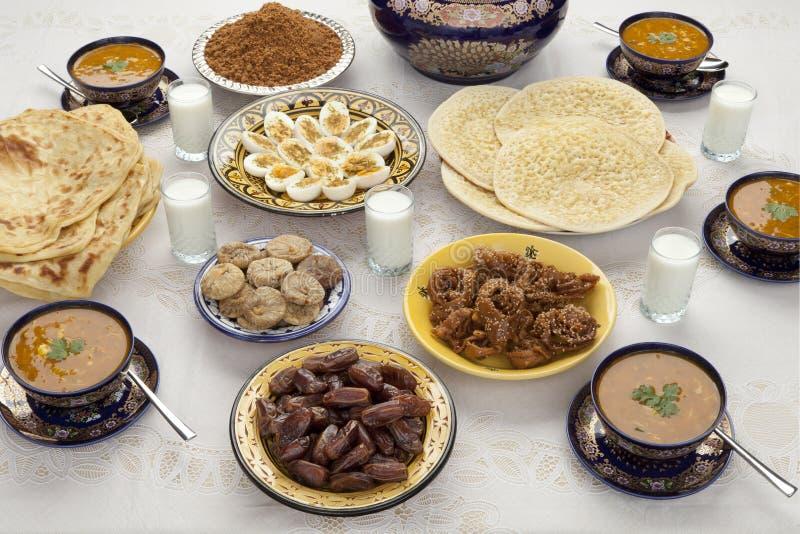 Traditionele Marokkaanse maaltijd voor iftar in Ramadan royalty-vrije stock afbeelding