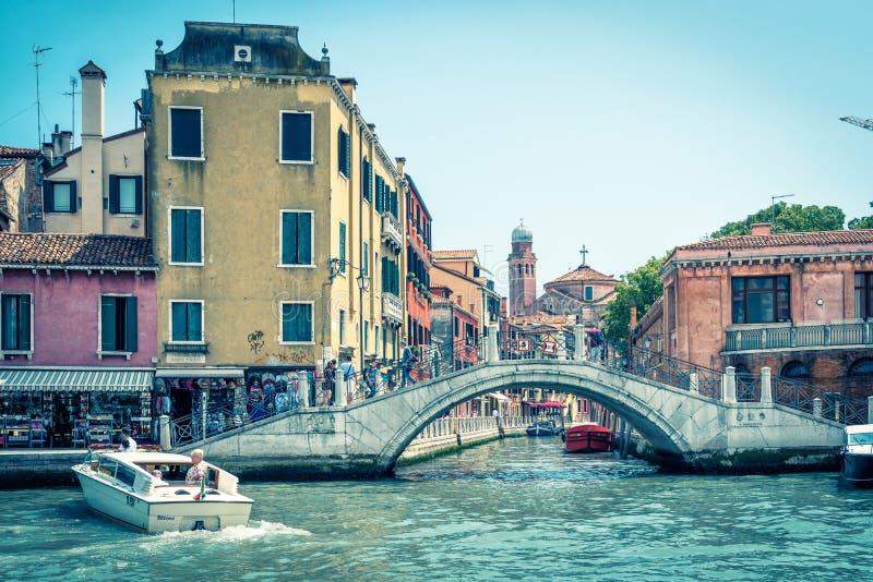 Traditionele mening van de straat met een brug, Venetië, Italië stock foto