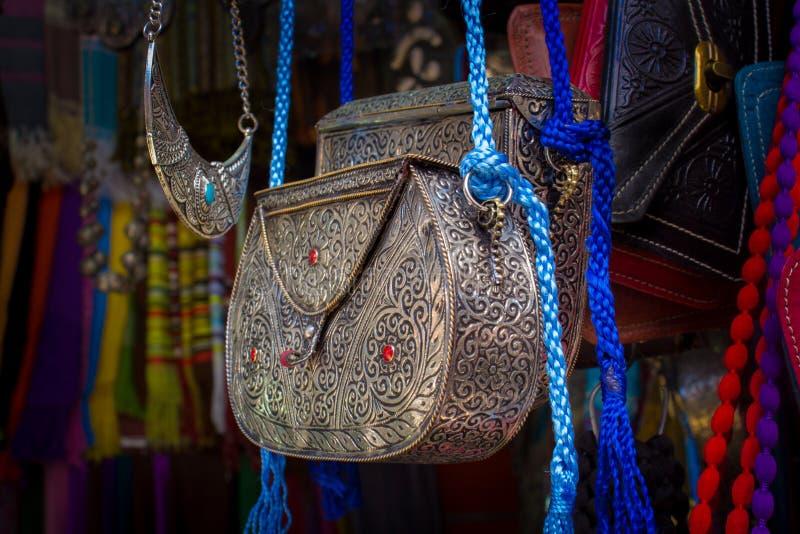 Traditionele met de hand gemaakte Marokkaanse zak in een Straat Marokkaanse markt stock fotografie