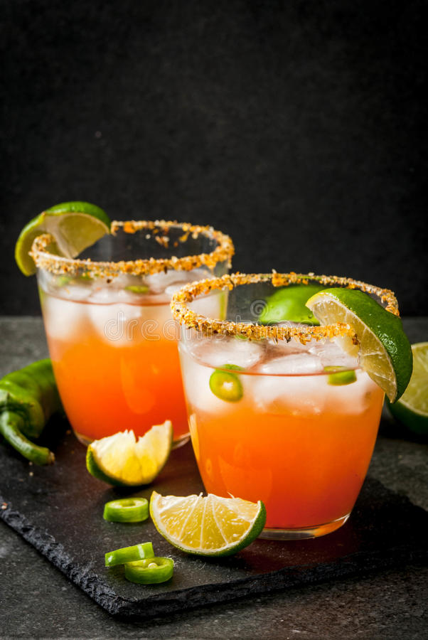 Traditionele Mexicaanse cocktail Kruidige michelada royalty-vrije stock afbeeldingen