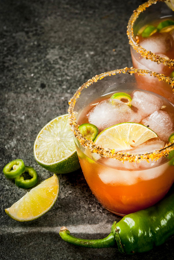 Traditionele Mexicaanse cocktail Kruidige michelada stock foto's