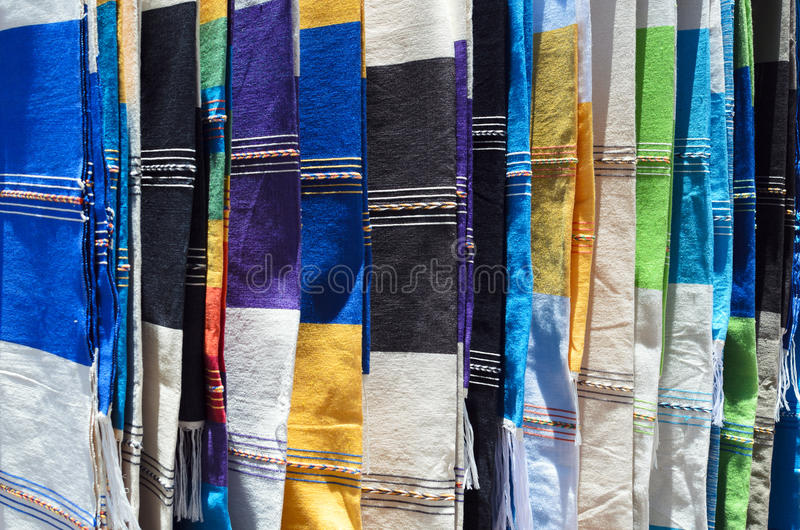 Traditionele Mexicaanse dekens bij de ambachtmarkt stock foto