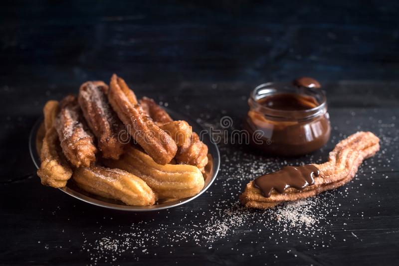 Traditionele Mexicaanse dessertchurros stock afbeelding