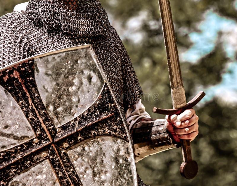 Traditionele middeleeuwse ridder met schild en zwaard stock foto's