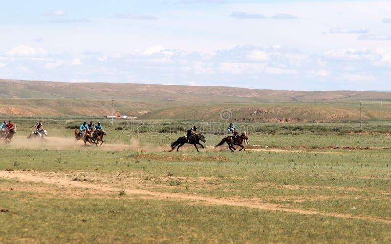Traditionele Mongoolse pret - paardenrennen in de steppe, HOHHOT, BINNENmongolië stock afbeeldingen