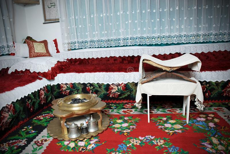 Traditionele Moslimruimte met het Koranboek stock afbeeldingen