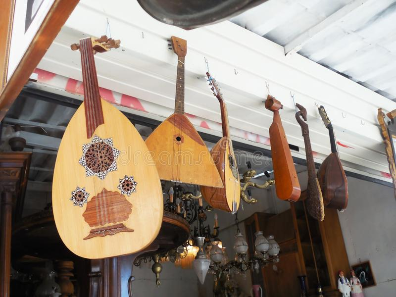 Traditionele muzikale instrumenten bij een antieke winkel Monastiraki Athene Griekenland stock foto's