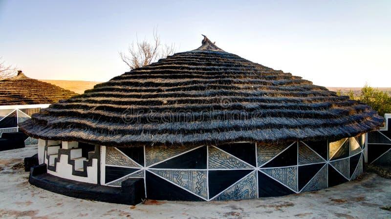 Traditionele Ndebele-hut, Botshabelo, Mpumalanga, Zuid-Afrika stock foto's