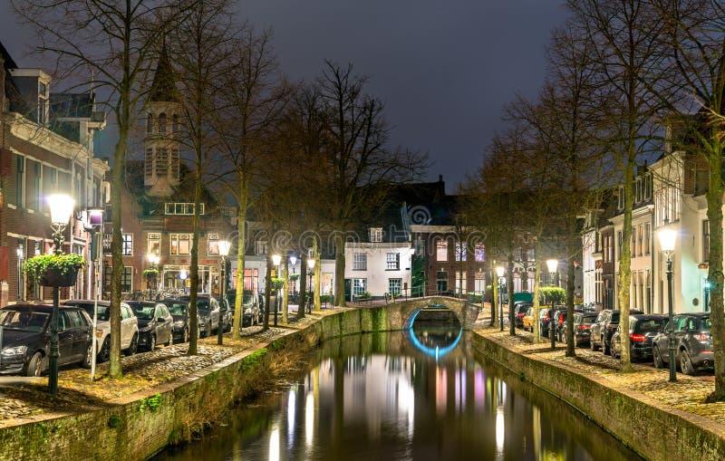 Traditionele Nederlandse gebouwen langs een kanaal in Amersfoort, Nederland stock afbeelding